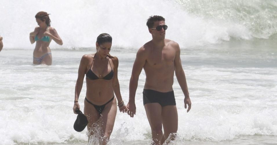 20.dez.2012 - 20.dez.2012 - Danielle Winits foi à praia da Barra da Tijuca, zona oeste do Rio. A atriz estava acompanhada do namorado, o jogador Amaury Nunes