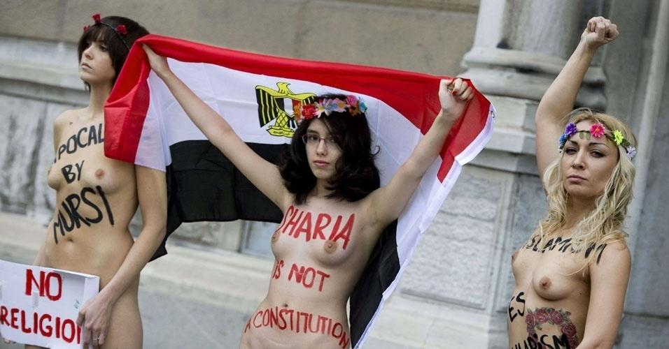 20.dez.2012 - A ativista egípcia Aliaa Elmahdy (Centro) e outras integrantes do grupo Femen protestam contra a nova constituição do Egito em frente à embaixada do país árabe em Estocolmo, capital da Suécia