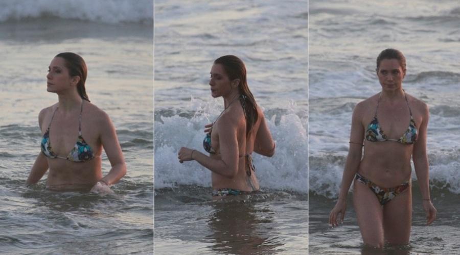 20.dez.2012 - Letícia Spiller foi à praia da Barra da Tijuca, zona oeste do Rio. A atriz está no ar em