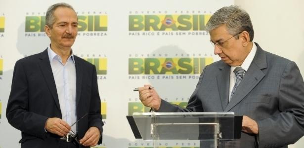 Os Ministros Aldo Rebelo (e.), do Esporte, e Garibaldi Alves, da Previdência Social assinam portaria