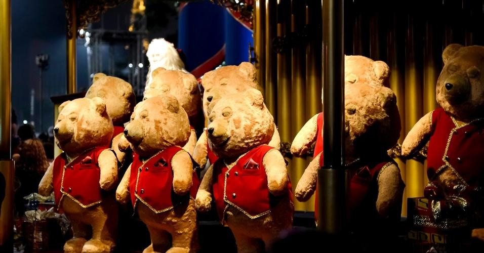 Em frente ao número 1.811 da avenida Paulista, Papai Noel toca órgão , enquanto dez ursinhos de pelúcia ao lado de um coral humano entoam canções mexendo os olhos, boca e balançando o corpo ao ritmo da música natalina.