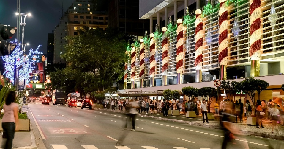 Na decoração ecológica do Conjunto Nacional foram usados cerca de 50 mil garrafas PETs, 2 mil CDs e centenas de luzes. Dois grupos, num total de 150 pessoas, participaram da montagem.