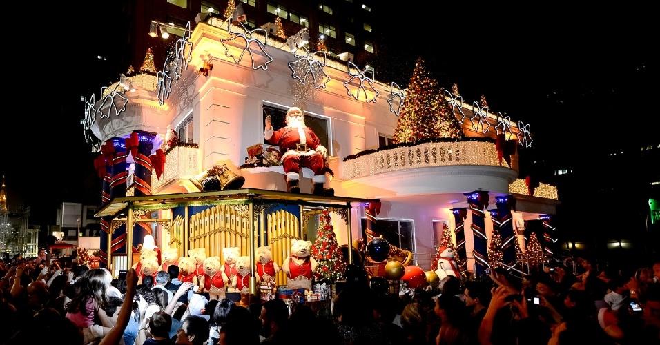 Renas, bonecos de neve, bolas, presentes e um outro Papai Noel no trenó compõem a decoração imponente ao redor da fachada do edifício do antigo BankBoston