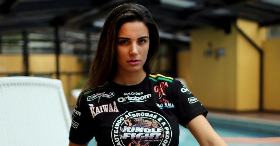 21.dez.2012 - Laisa Portela, do BBB 12, estreia como ring girl em evento do Jungle Fight em Porto Alegre