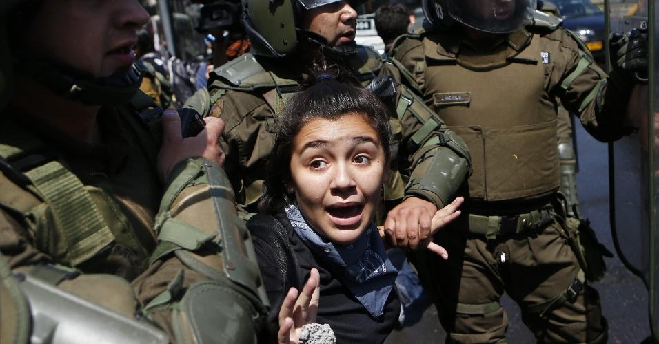 21.dez.2012 - Polícia chilena prende jovem durante novo protesto de estudantes no Chile; movimento pede reforma educacional no país desde 2011