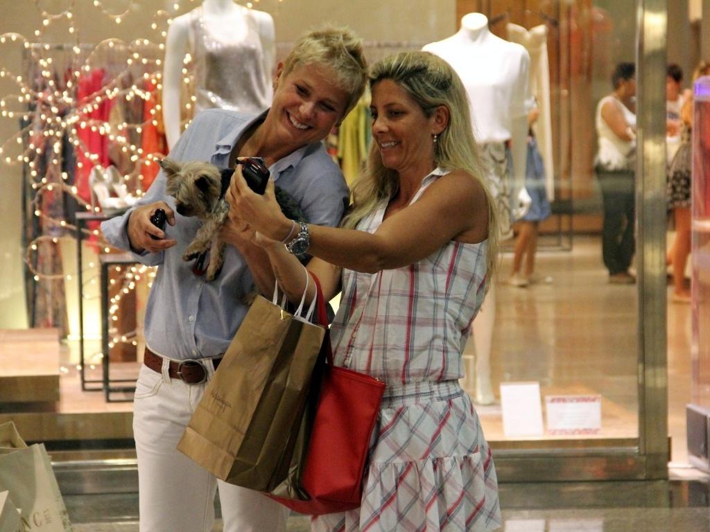 21.dez.2012 - Xuxa vai às compras com cãozinho em shopping do Rio de Janeiro e tira foto com fãs