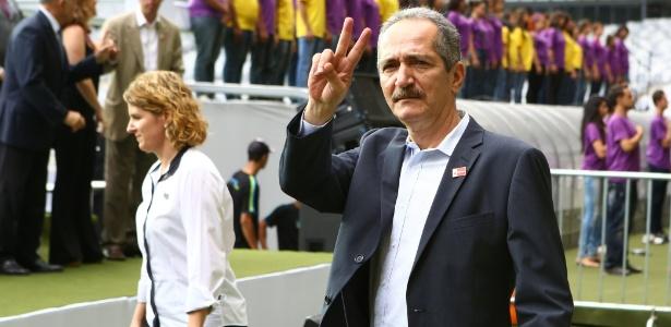 Aldo Rebelo acena em evento de reinauguração do estádio do Mineirão: sobrou até para o clima brasileiro