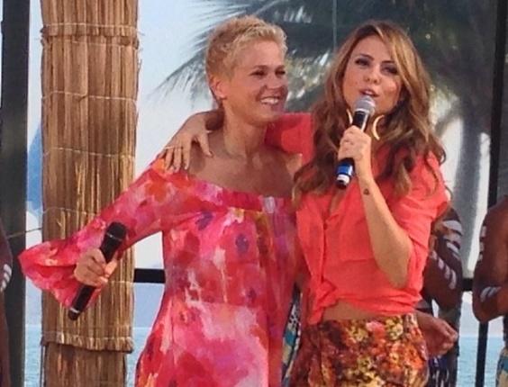 21.dez.2012 Aline Rosa e Xuxa durante gravação do especial de fim de ano do