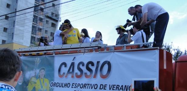 Cássio desfilou em carro de bombeiros entre a Rodoviária e a Praça XV de Novembro