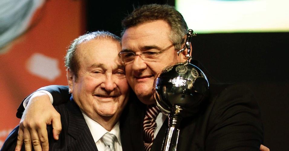 Nicolas Leoz, presidente da Conmebol, é abraçado pelo presidente corintiano Mário Gobbi antes do sorteio da Libertadores de 2013