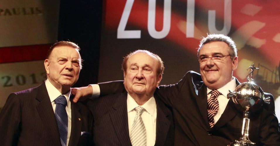 Presidente do Corinthians, Mário Gobbi, segura a taça da Libertadores ao lado de Nicolas Leoz, presidente da Conmebol, e José Maria Marin, presidente da CBF