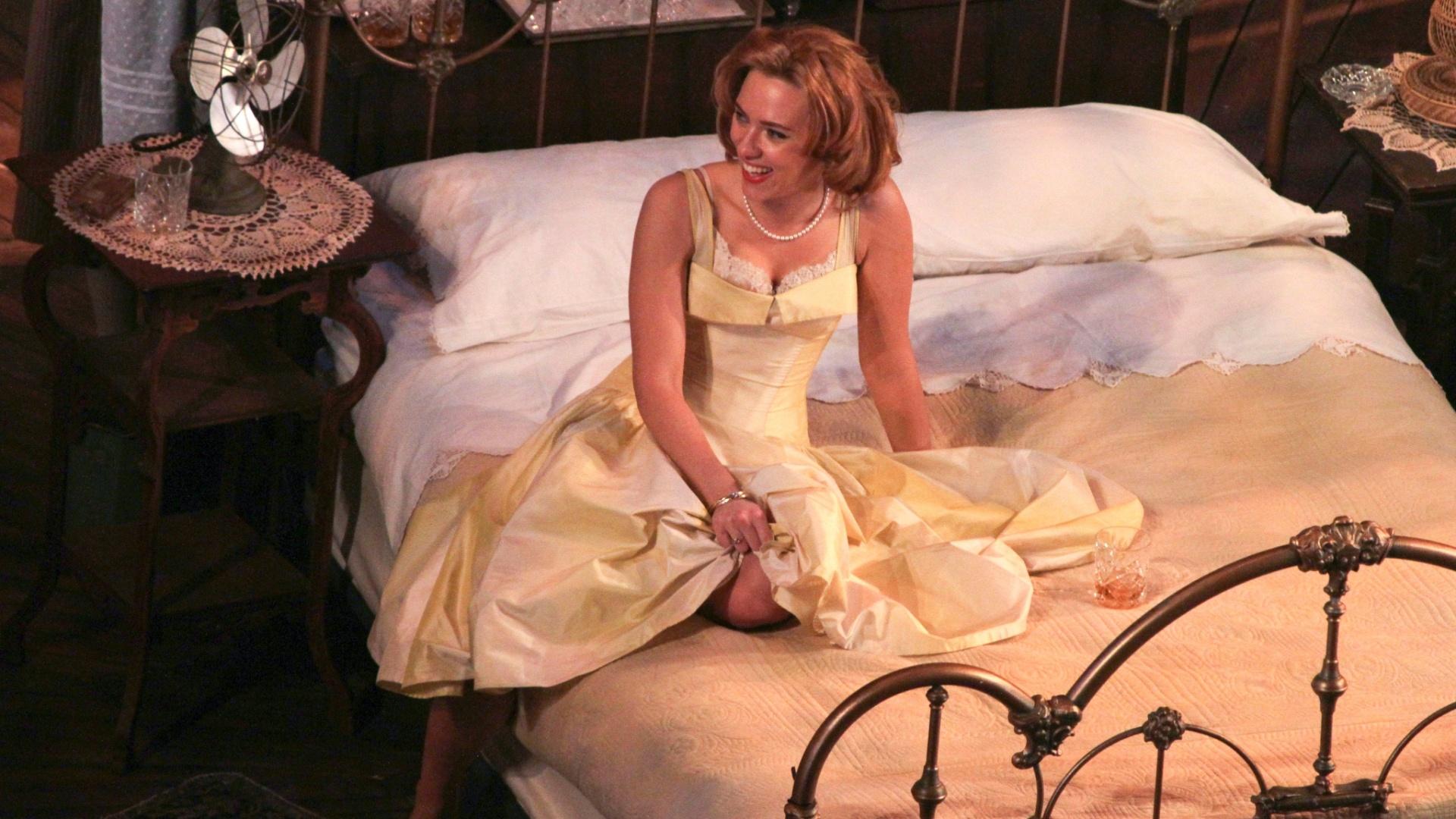 21.dez.2012 - Em entrevista, Scarlett Johansson afirmou achar exageradas algumas das encarnação de sua personagem, que também já foi vivida por Anika Noni Rose, Ashley Judd e Kathleen Turner em outras montagens