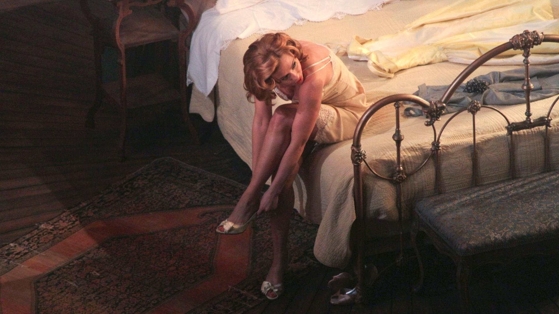 21.dez.2012 - Em papel que já foi de Elizabeth Taylor no cinema, Scarlett Johansson promete uma sensualidade mais comedida em sua versão para a Broadway de