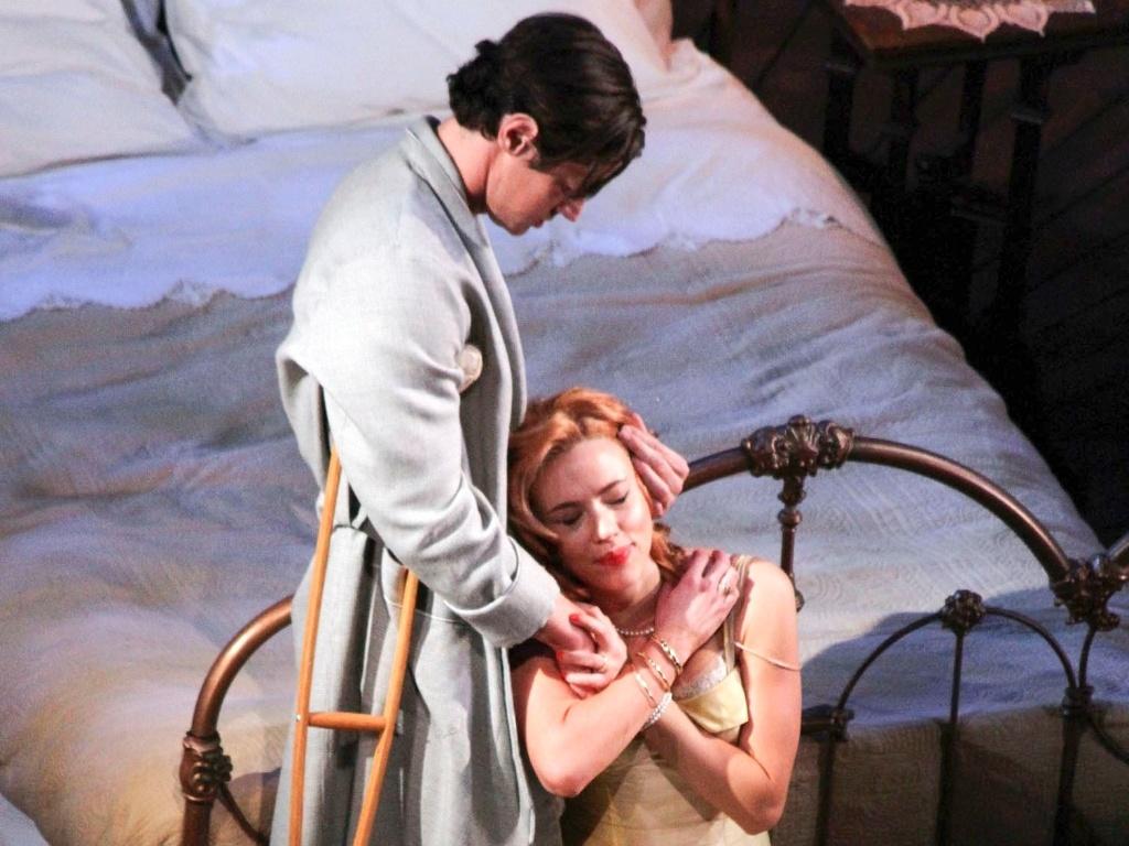 21.dez.2012 - Na peça, a personagem de Scarlett Johansson tenta recuperar a paixão do marido, um ex-jogador alcoólatra