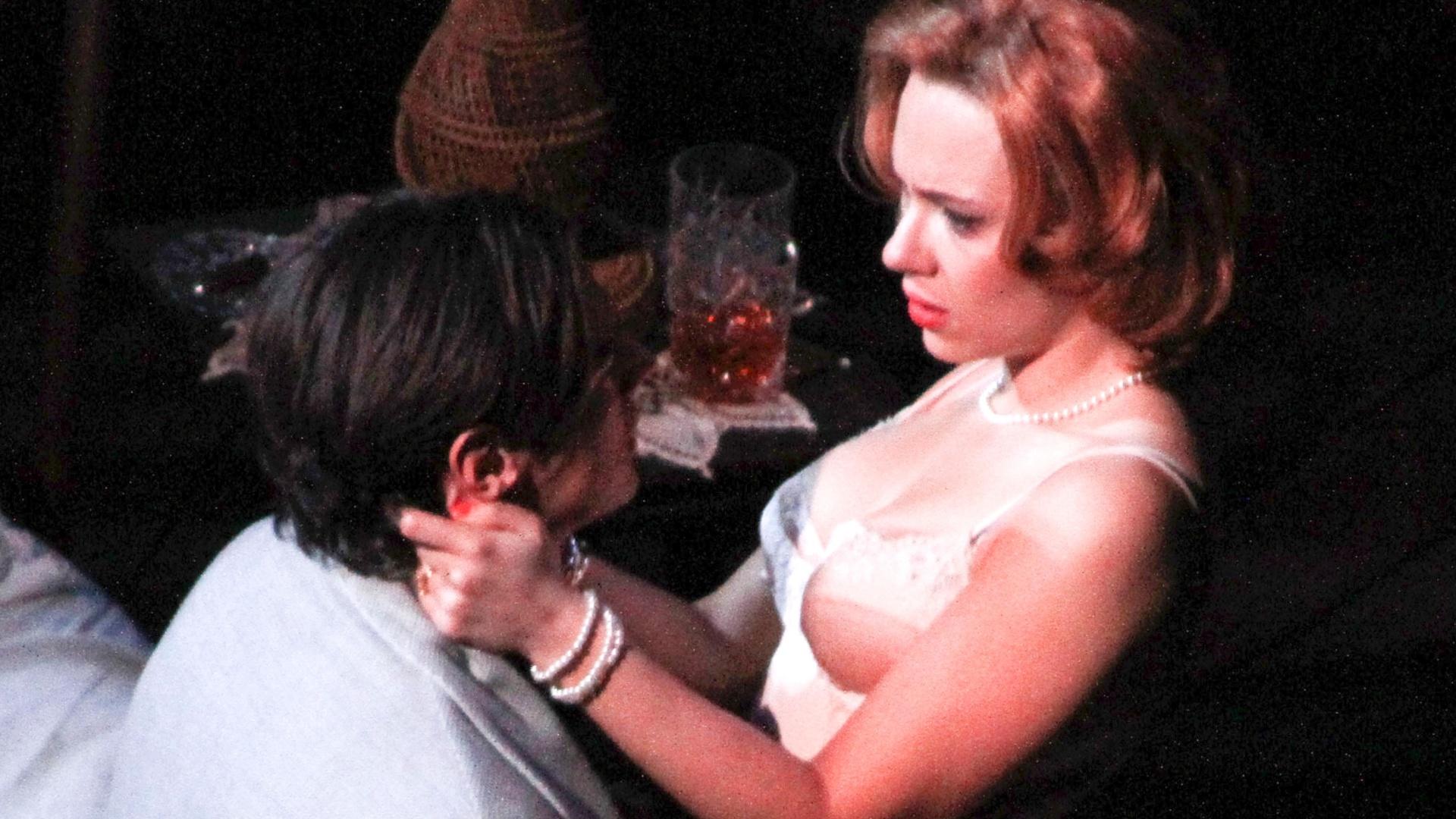 21.dez.2012 - Scarlett Johansson e Bejamin Walker em cena da peça