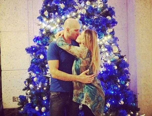 21.dez.2012 - Sheila Mello postou em seu perfil do Instagram uma foto em clima natalino beijando o marido, o ex-nadador Xuxa.