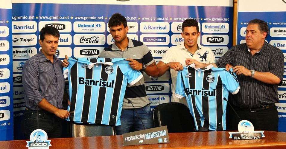 Diretor executivo do Grêmio, Rui Costa, o centroavante William José, o lateral Alex Telles, e o diretor de futebol, Omar Selaimen, na apresentação dos dois reforços (arquivo)