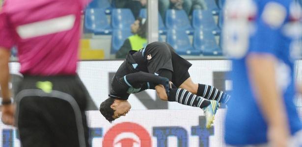 Hernanes comemora seu gol pela Lazio com a sua já tradicional cambalhota