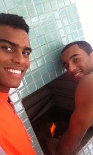 Lucas e Dener participam de churrasco nas férias (22/12/2012)