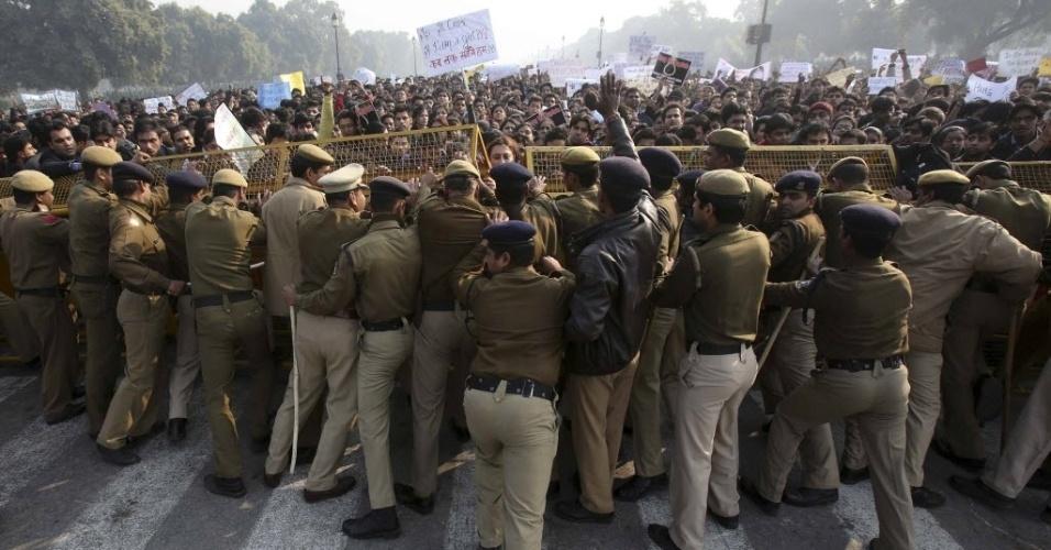 Policiais tentam conter a multidão de manifestantes na região do palácio presidencial em Nova Déli