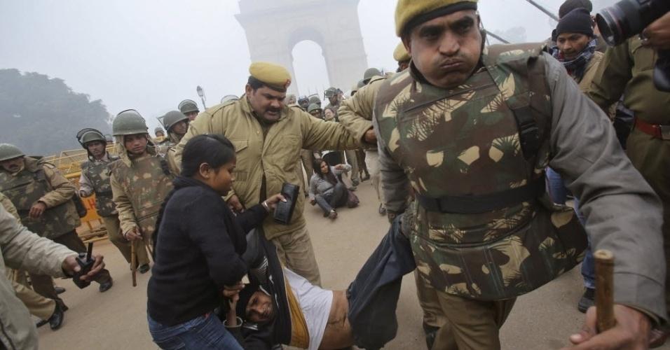 23.dez.2012 - Agentes de segurança carregam manifestante detido em Nova Déli, na Índia. O país vive um onda de protestos desde o dia 16 deste mês, após uma estudante de 23 anos ser vítima de espancamento e estupro coletivo em um ônibus da capital