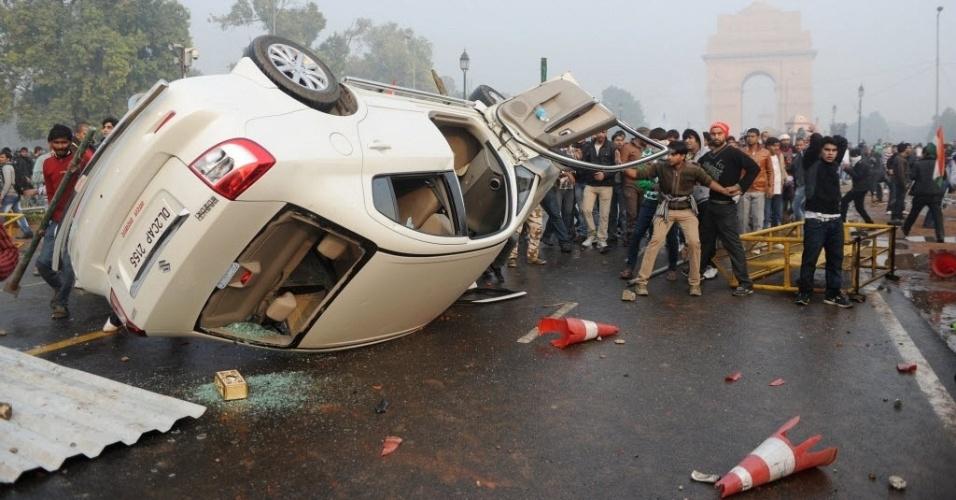 23.dez.2012 - Manifestantes viram carro durante protesto por mais segurança para mulheres, em Nova Délhi, capital da Índia. O país vive uma onda de manifestações após o estupro coletivo de uma estudante de 23 anos em um ônibus