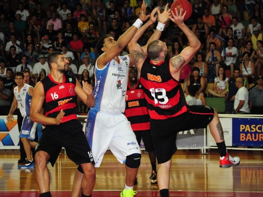 22.dez.2012 - Caio Torres, do Flamengo, tenta o arremesso durante partida contra o Bauru