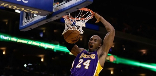 Kobe Bryant enterra na partida contra o Golden State Warriors - ele anotou 34 pontos