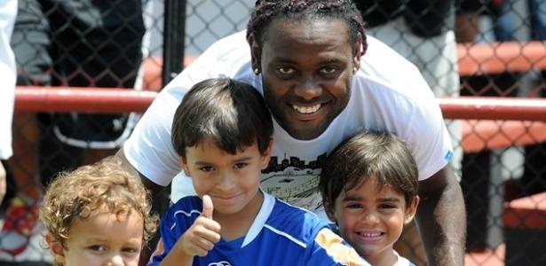 Vagner Love posa para foto com crianas aps treino na Gvea