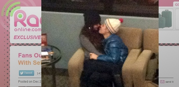 21.dez.2012 - Justin Bieber e Selena Gomez trocaram carcias no aeroporto de Salt Lake City, EUA