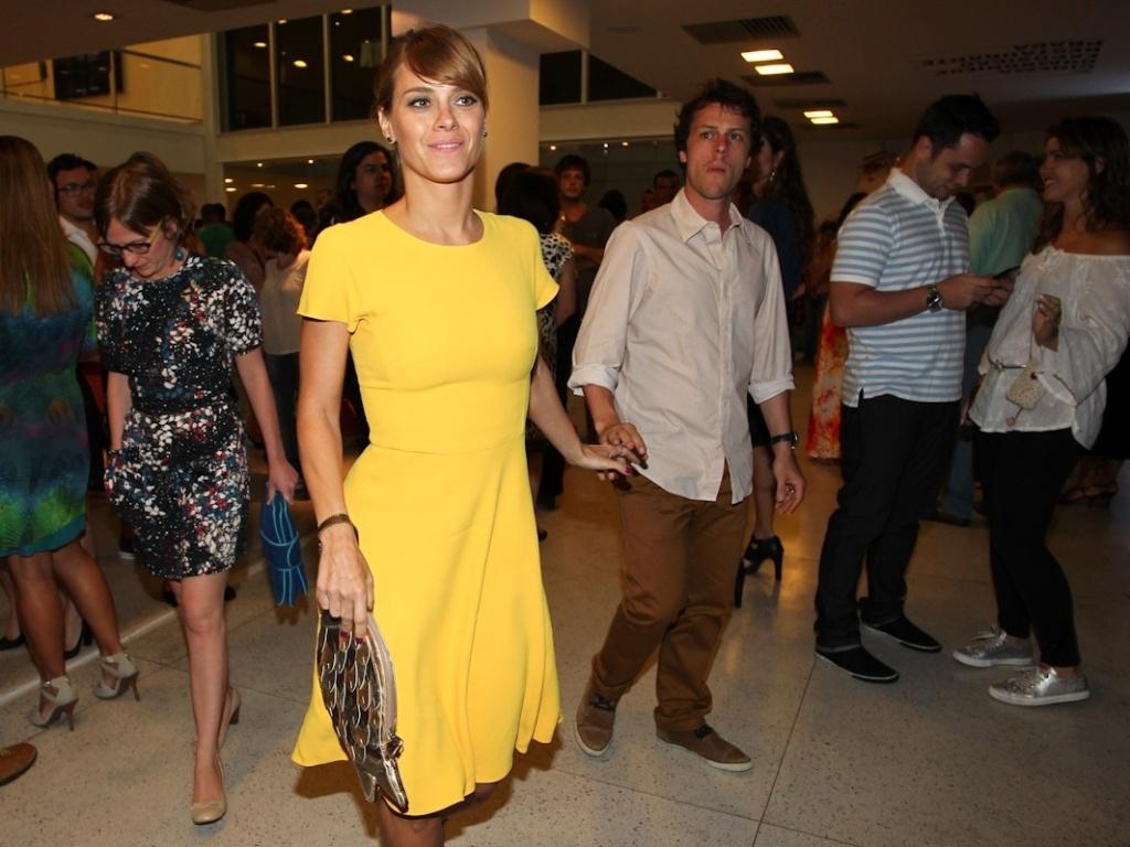 23.dez.2012 - A atriz Carolina Dieckmann e o marido Tiago Worcman chegam ao show de Gilberto Gil e Stevie Wonder no Imperator, Rio de Janeiro