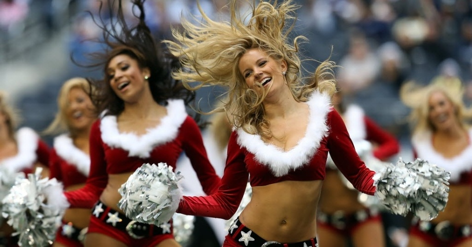 23.dez.2012 - Cheerleaders do Dallas Cowboys danam na partida da equipe contra os Saints pela NFL