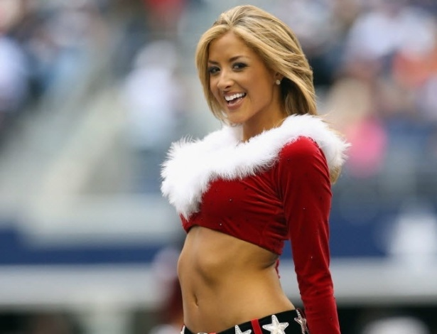 23.dez.2012 - Com roupas de natal, cheerleader do Dallas Cowboys dana durante intervalo em partida da NFL
