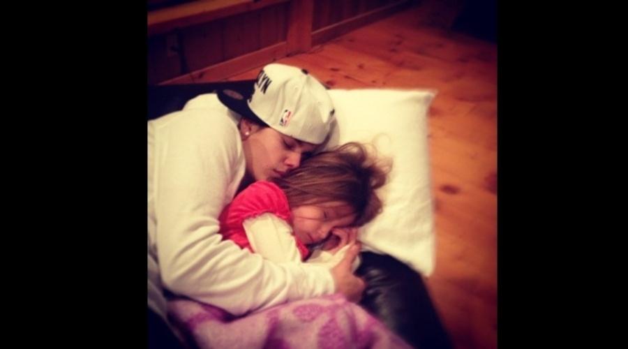 23.dez.2012 - Justin Bieber divulgou uma imagem onde aparece dormindo abraçado a irmã Jazmin.