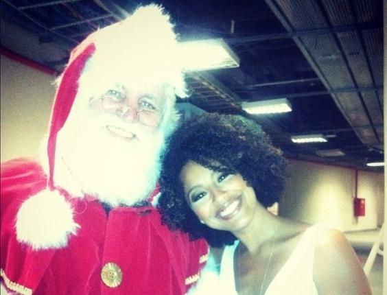 24.dez.2012 -  A atriz Sheron Menezes mandou seu recadinho de Natal na rede social Instagram ao lado de um Papai Noel.