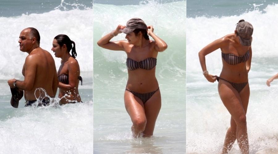 24.dez.2012 - A jornalista Patrícia Poeta foi à praia do Leblon, zona sul do Rio, acompanhada do marido Amauri Soares