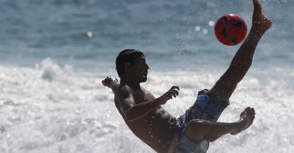 24.dez.2012 - Banhistas aproveitam a praia de Copacabana, zona sul do Rio de Janeiro, nesta segunda-feira(24)