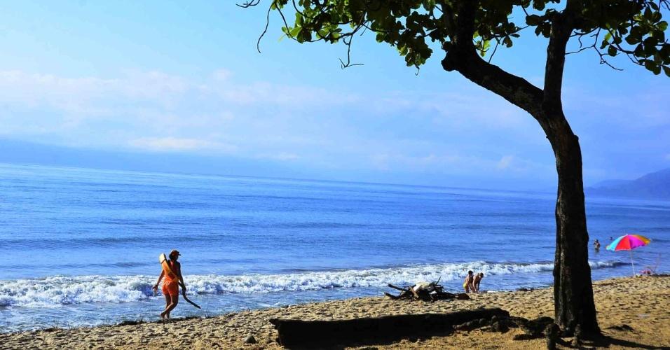 24.dez.2012 - Banhistas aproveitam a praia Martin de Sá, em Caraguatatuba, no litoral norte de São Paulo, nesta segunda-feira (24). A temperatura máxima prevista para a cidade é de 30ºC e a mínima de 21ºC
