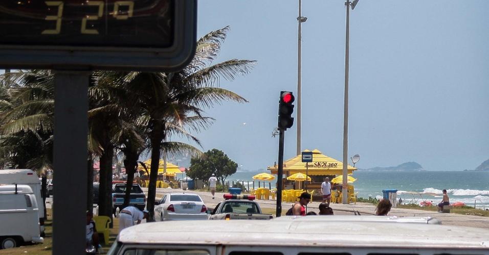 24.dez.2012 - Banhistas aproveitam o forte calor na manhã desta segunda-feira (24), na praia da Barra da Tijuca no Rio de Janeiro (RJ), véspera de Natal. Os termômetros registram 32°C