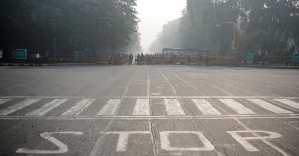 24.dez.2012 - Policiais observam via bloqueada que dá para o Portal da Índia