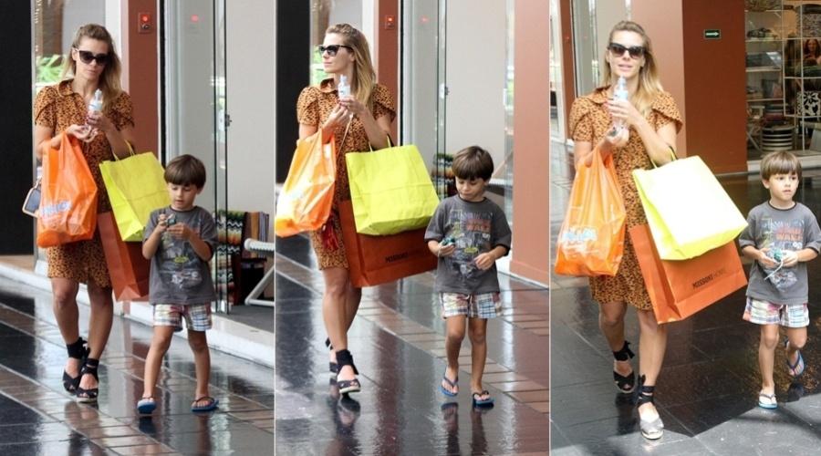 24.dez.2012 - Acompanhada do filho José, Carolina Dieckmann fez compras em um shopping da zona sul do Rio