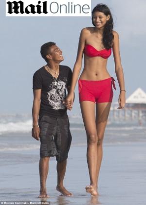 Elisany, que tem 2,07 metros de altura, e o agora noivo Francinaldo, de 1,65 metro, em foto de 2012