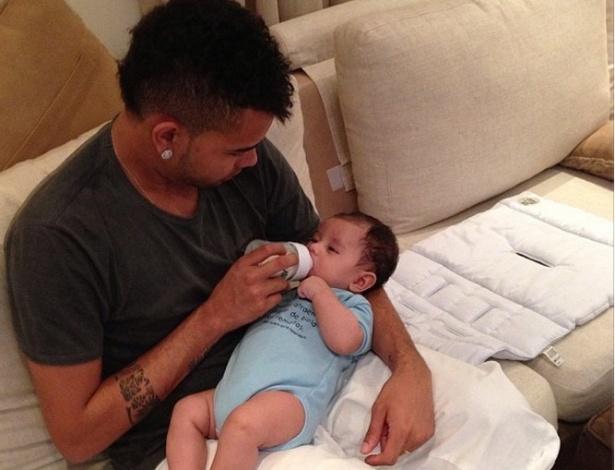Dentinho da a mamadeira ao filho Bruno Lucas