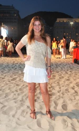 http://imguol.com/2012/12/25/25dez2012---a-atriz-cristiana-oliveira-assiste-ao-show-gratuito-de-gilberto-gil-na-praia-de-copacabana-no-rio-de-janeiro-1356475189444_300x500.jpg