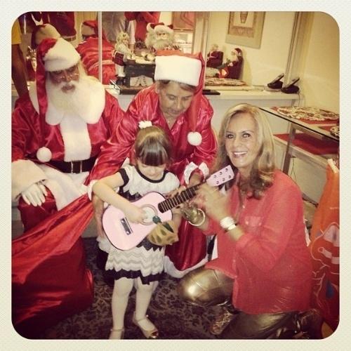 25.dez.2012 - A pequena Rafaella Justus ganhou na noite de Natal um violão rosa de sua avó Helô Pinheiro. A foto foi publicada pela mãe Ticiane Pinheiro no Instagram