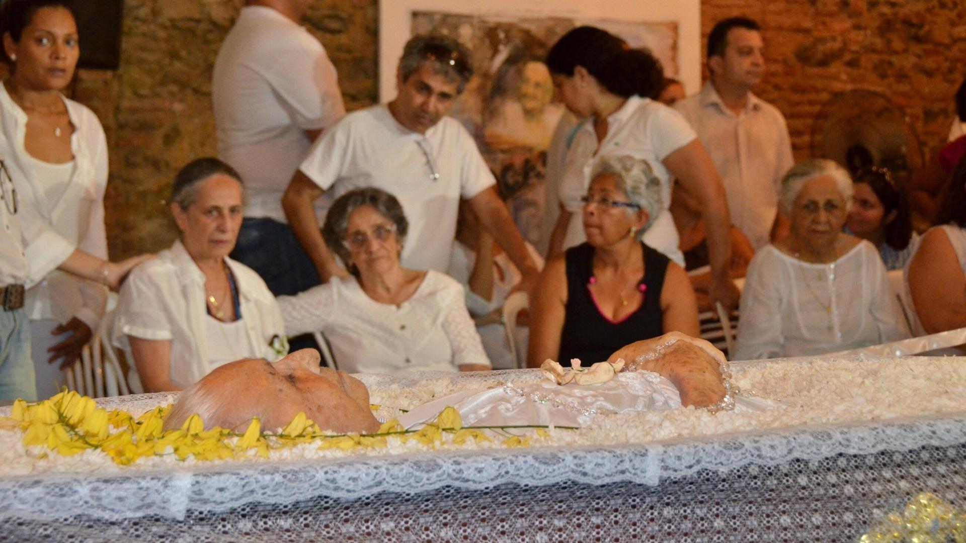 25.Dez.2012 - Maria Bethânia (à esq.) e a irmã, Clara Velloso (centro), acompanham o velório da mãe, Dona Canô, que morreu em Santo Amaro da Purificação, aos 105 anos