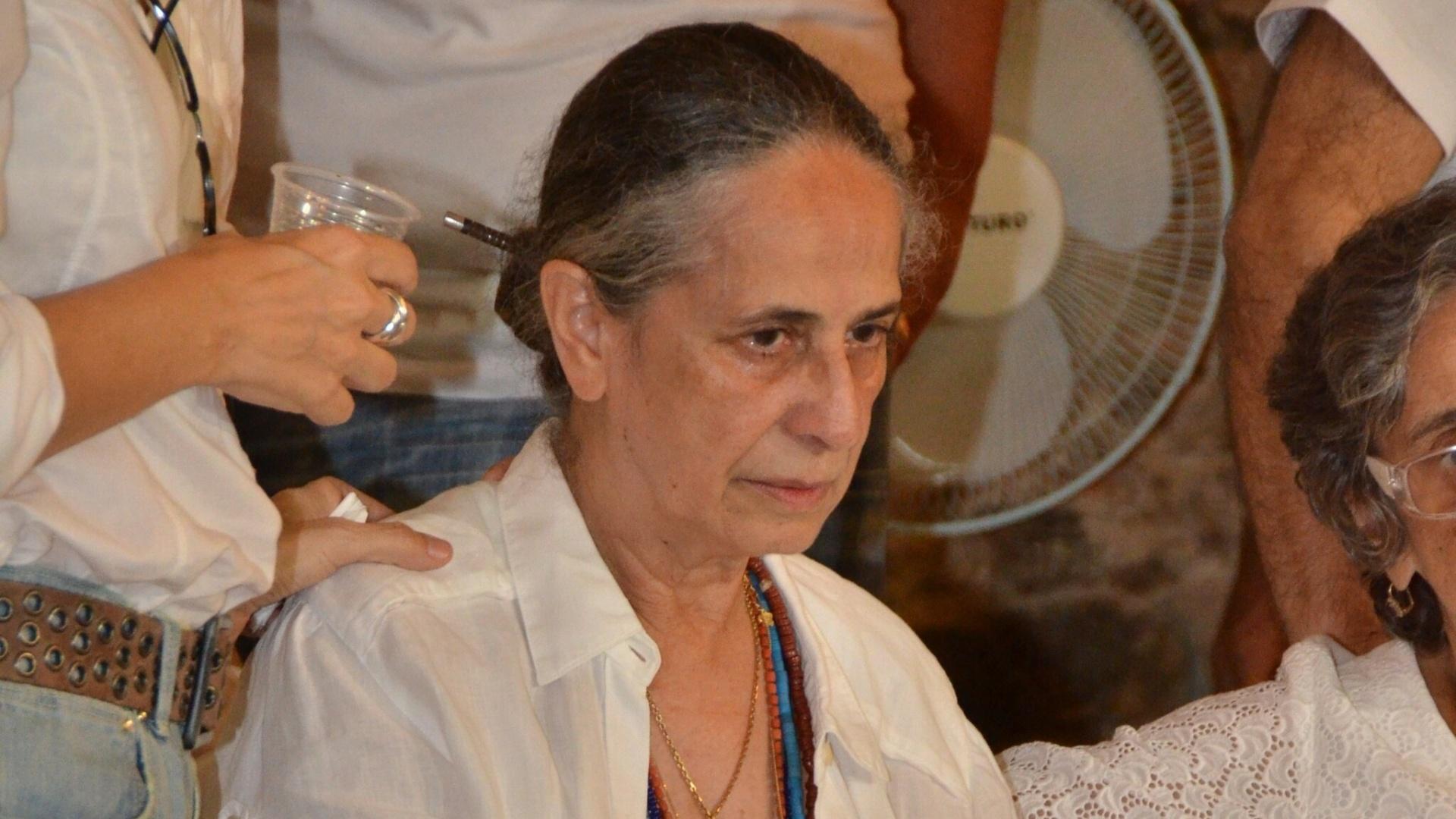 25.Dez.2012 - Maria Bethânia vela o corpo da mãe, Dona Canô, que morreu em Santo Amaro da Purificação, aos 105 anos