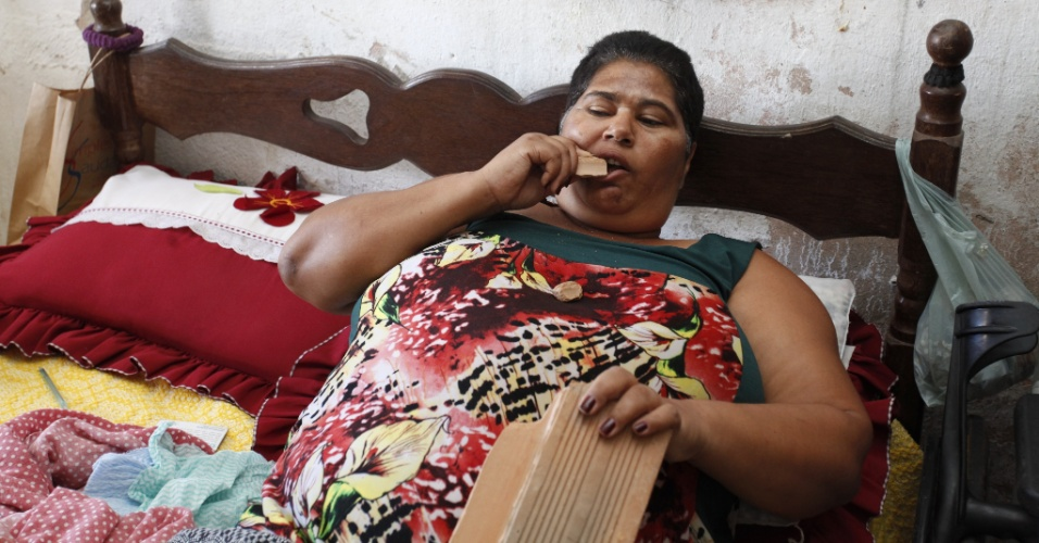 25.dez.2012 - Maria Elza Pereira da Silva, 48, &#233; viciada em comer tijolos. Ela, que mora em Santa Luzia (MG) e sofre de obesidade e esclerose, trabalhava como cantora evang&#233;lica, mas agora n&#227;o consegue mais levantar-se da cama