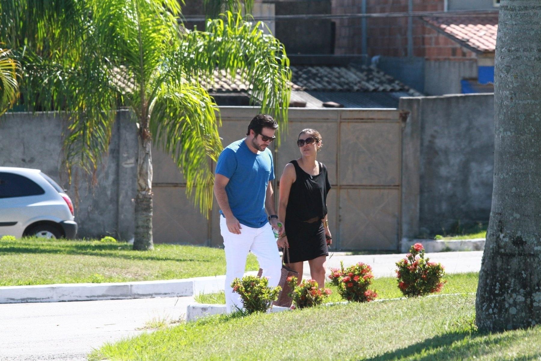 25.Dez.2012 - O ator Murilo Benício chega ao velório da mãe, Berenice, no cemitério Parque da Colina, em Niterói (RJ)