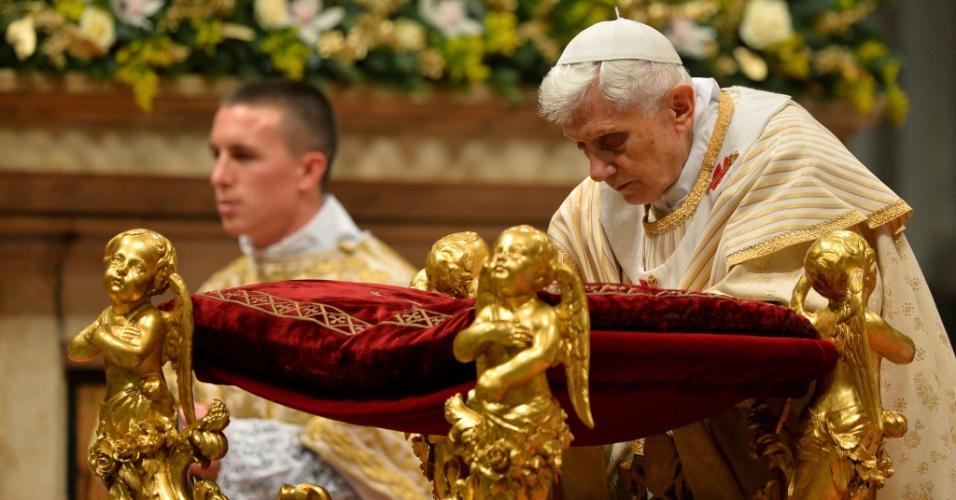 25.dez.2012 - Papa Bento 16 celebra a tradicional Missa do Galo na basílica de São Pedro do Vaticano. Durante a missa, o papa criticou a violência religiosa e a rejeição a Deus